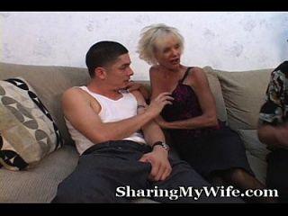 ältere momma fickt jungen Mann vor dem Mann
