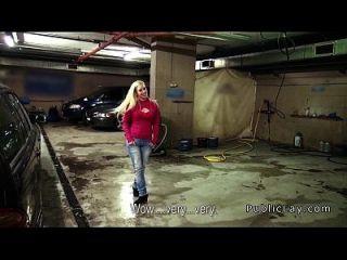 weiblicher Chef wichsen Hahn in der öffentlichen Garage