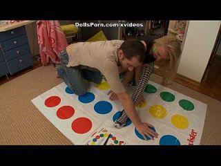 Twister und Sexspielzeug für eine heiße Blondine 1