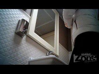 versteckte Kamera in der Toilette, rasierte Muschi und Anus Nahaufnahmen.