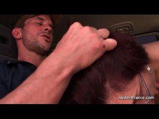 Amateur Redhead hart anal gefickt und gefistet von der Taxifahrer im Freien