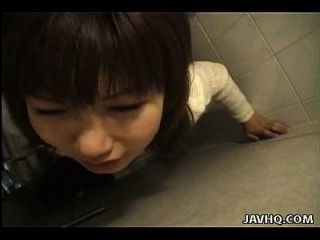 slutty asian slut ist doggy style in der Toilette gefickt