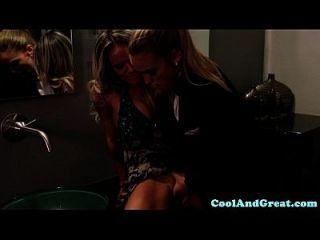 busty lesbian Strapon in Toilette gefickt
