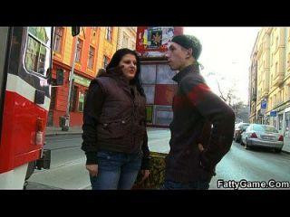 fettes Mädchen nimmt den dünnen Kerl von der Straße auf