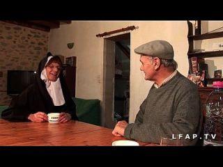 une vieille nonne baisee und sodomisee par papy et son pote