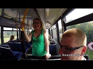zwei sexy Amateur feiern im Bus beim Umzug