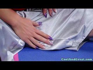 durchbohrte yoga beautie streckt pussy für hahn