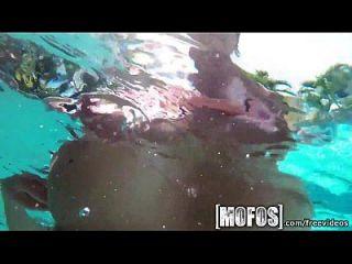 Mofos große Titten am Pool werden auf Film gefangen