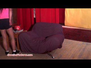 Petite Amateur Chick saugt einen harten Schwanz beim Casting