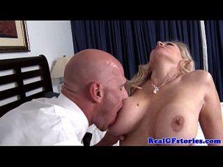 reife blonde Hausfrau titfucks der Milchmann