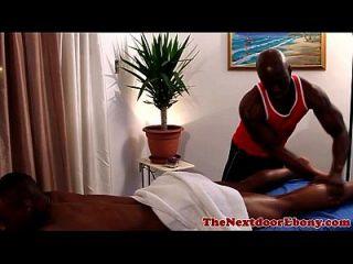 muskuläre schwule masseur fickt kunden schwarzen arsch
