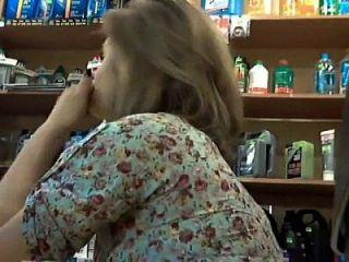 blonde reife Frau saugen einen Schwanz