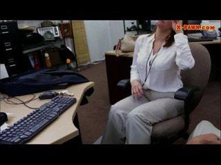 geile busty Frau im Hinterzimmer für ein Flugticket gefickt