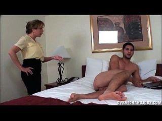 naughty milf wichst von einem nackten jungen dude