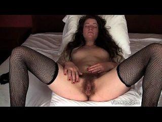 brunette babe mahonia fingering ihre haarigen twat