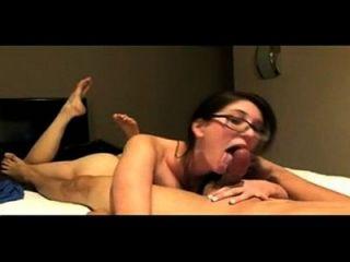 Nerdy Mädchen mit großen Titten saugt einen fetten Schwanz decentcat.com