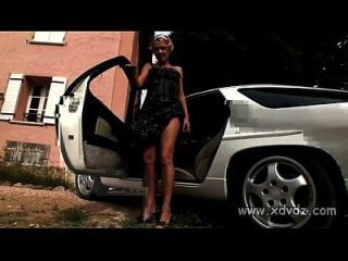 hot teen Zuzana langsam Streifen auf der heißen Spitze eines sexy Auto