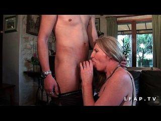 reifen cougar se prend une bonne grosse schlange d un jeunot pour son casting porno