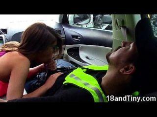 95 lbs Teen Blowjob in einem Auto in der Öffentlichkeit!