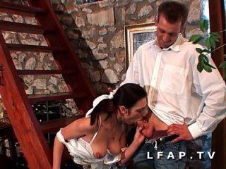 la femme de menage prend sa dose de fruit und legume par le cul