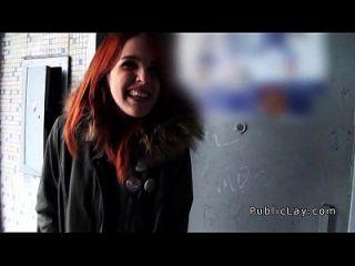 Redhead spanischen Studenten aus öffentlichen Banging