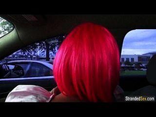 Teen Natalie Monroe mit rosa Haaren findet eine Fahrt und Hahn zu saugen