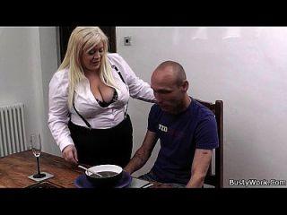 blonde Sekretärin in Strümpfen auf den Tisch geschlagen