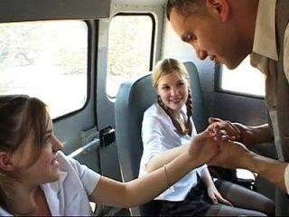Zwei niedliche Schulmädchen werden im Bus gefickt