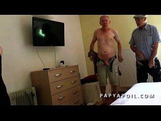 papy se band une bonne reifen avec un vieux pote und un jeune voyeur qui mate
