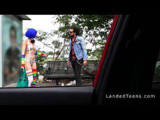 stranded teen clown in öffentlichen pov gefickt