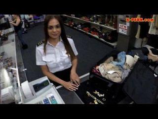 Latina Stewardess pflegt ihre Muschi und gefickt in die Toilette