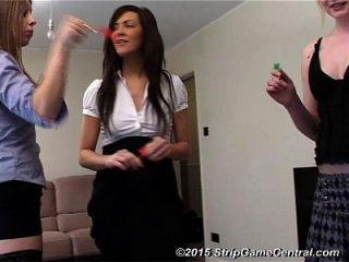 3 Mädchen spielen Strip Darts