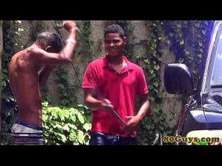 Homosexuell afrikanischen Twinks fucking bei Outdoor-Carwash