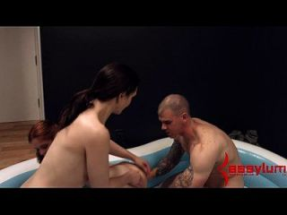 Cumshot gepumpt von Mund zu Mund nach bösen anal threesome