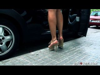 geiles lateinisches gf spritzt in seinem auto