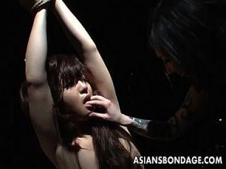 gefesselt asiatischen babe dauert einige grobe nip saugen