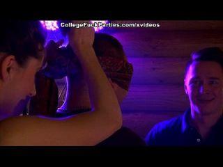 Student Mädchen gehen wild an einer Sex-Party