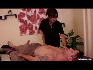 große Titted Lady bedeutet Massage