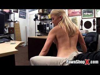 niedliche blonde w / dicke Beine fette Arsch macht Streifentanz \u0026 mehr bei pawnshopx.com