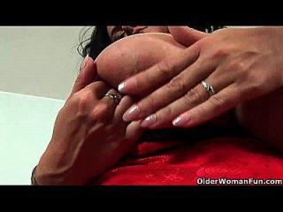Fußballmama mit großen Titten fickt sich mit zwei Dildos