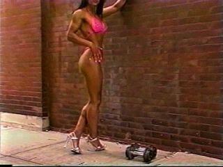 Fitness Mädchen zeigt große Körper im Freien