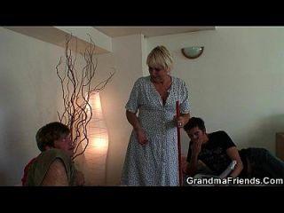 Zwei Freunde knallen sehr alte Oma