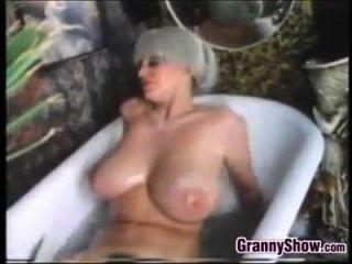 busty Oma in der Badewanne klassisch