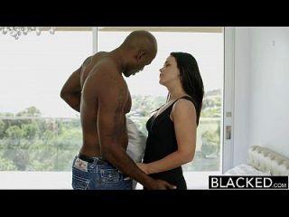 Schwarze heiße Babe Roxy Roggen bekommt ihren Hintern von bbc gestreckt
