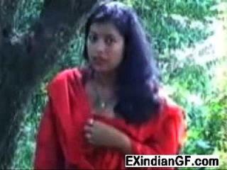 Indische Hündin blinkt ihre Titten und bläst einen Schwanz