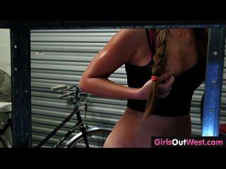Mädchen aus Westen niedlich Amateur Lesben in Fahrrad Reparaturwerkstatt