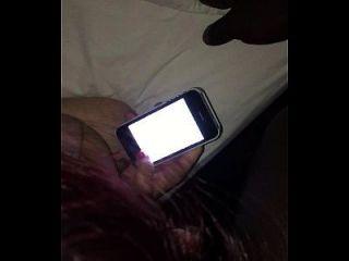 verdammte 18-jährige Schlampe, während sie ihren Freund texte