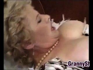 Fett und busty Oma genießen einen Hahn