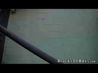 kolton ray arbeitet auf einem großen schwarzen hahn