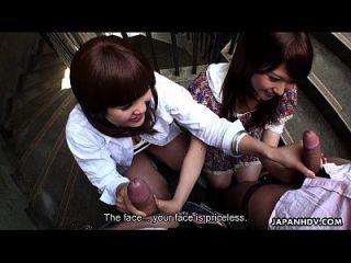 zwei slutty asian sluts saugen dudes auf dem treppenhaus